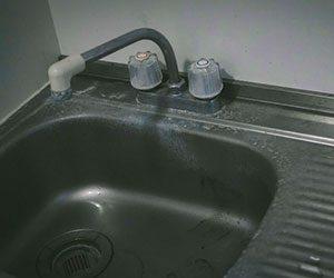ゴキブリ-対策-ハーブ-効果-退治-方法-駆除-汚れたキッチン画像