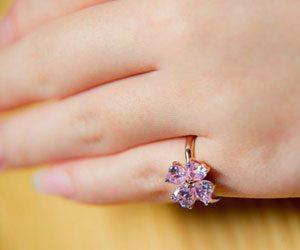 女性-指輪-小指-意味-恋愛-右手-左手-ピンキーリング画像