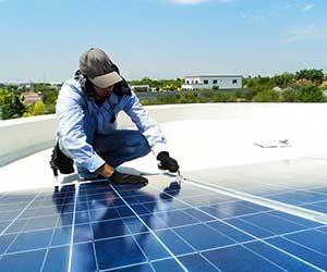 太陽光発電-メリット-デメリット-ソーラーパネル-新築-何年でもとがとれる-作業-画像