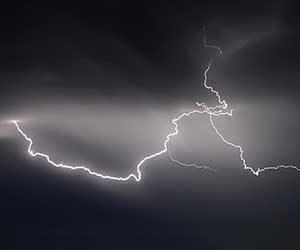 静電気が起きやすい人-特徴-服-対策-画像