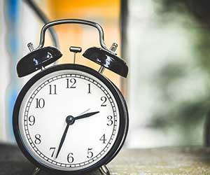 朝スッキリ目覚めるための習慣-目覚まし時計-画像