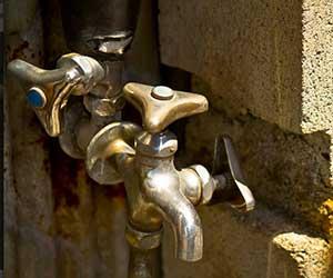 水漏れのサイン-給水管の老朽化-古い蛇口-画像