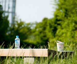カップラーメン-水で作る-野菜ジュース-トマトベース-方法-野外画像