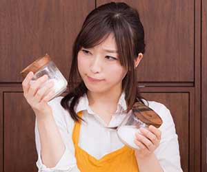固まった-塩-砂糖-戻す-方法-海苔-湿気-防ぐ-冷蔵庫-冷凍庫-保存-女性画像