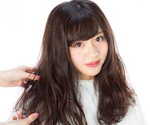 広がる-髪-対処-シャンプー-トリートメント-パサパサ-広がりやすい-抑える-前向き女性画像