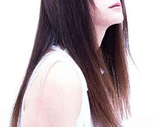 広がる-髪-対処-シャンプー-トリートメント-パサパサ-広がりやすい-抑える-横向き女性画像